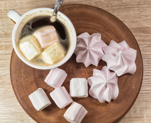 咀嚼マシュマロ、メレンゲ、コーヒーカップ、木の板