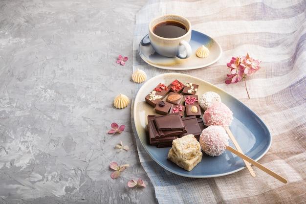ココナッツキャンディーとコーヒーカップと自家製チョコレートの部分。側面図