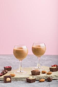 ガラスの甘いチョコレートリキュール。側面図