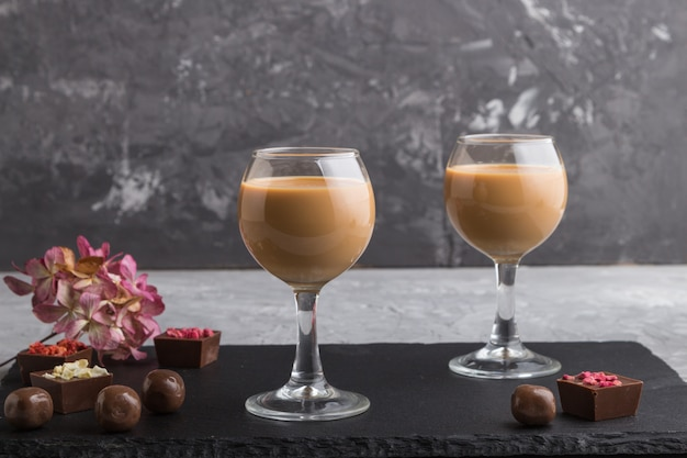 ガラスと黒い石のスレート板の甘いチョコレートリキュール。側面図