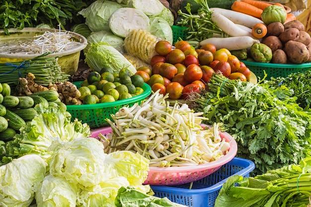 ベトナムで市場に出ている様々な果物と野菜
