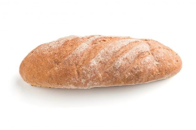 白い背景で隔離の小麦粉と焼きたての自家製パン。側面図。