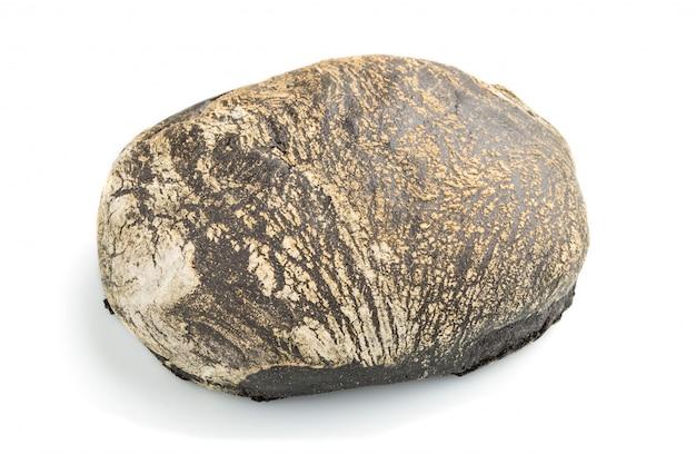 白い背景で隔離の小麦粉と新鮮な自家製黒パン。側面図。