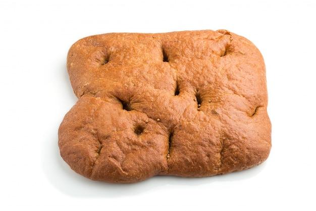 白い背景に分離された新鮮な自家製のパン。側面図。