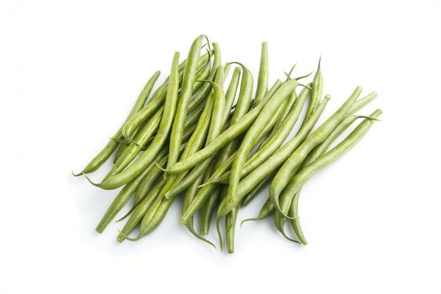緑色のインゲン豆の白い背景で隔離の束。側面図。
