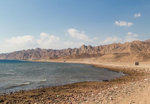 紅海の海岸線と背景の山々。エジプト、シナイ半島。