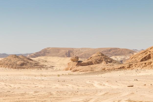 砂漠、赤い山、岩、青い空。エジプト、シナイ半島。