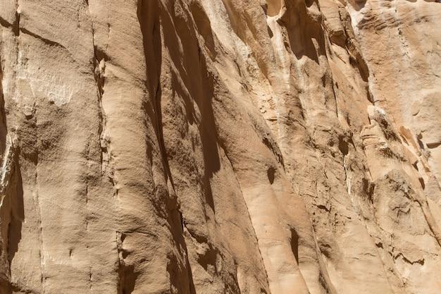 黄色の岩のある白い峡谷。エジプト、砂漠、シナイ半島、ダハブ。