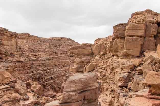 赤い岩の色の峡谷。エジプト、砂漠、シナイ半島、ダハブ。