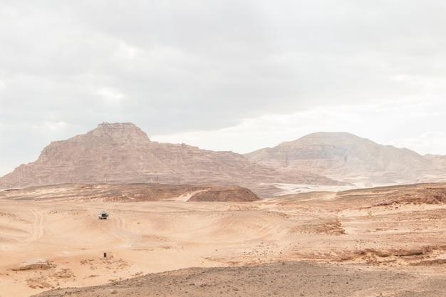 砂漠、赤い山、岩、曇り空。エジプト、カラーキャニオン。