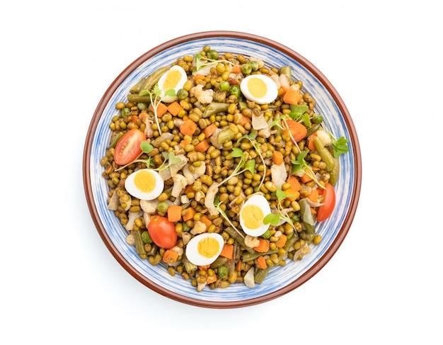 ウズラの卵、トマト、白い背景で隔離のマイクログリーンスプラウトと緑豆粥。上面図。