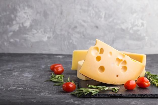 Различные виды сыра с розмарином и помидорами