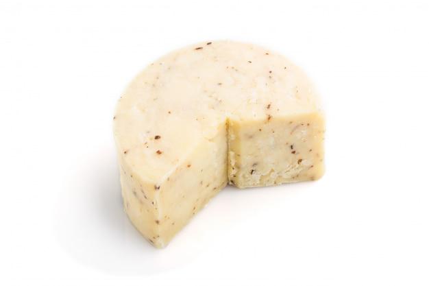 Кусок сыра чеддер изолирован