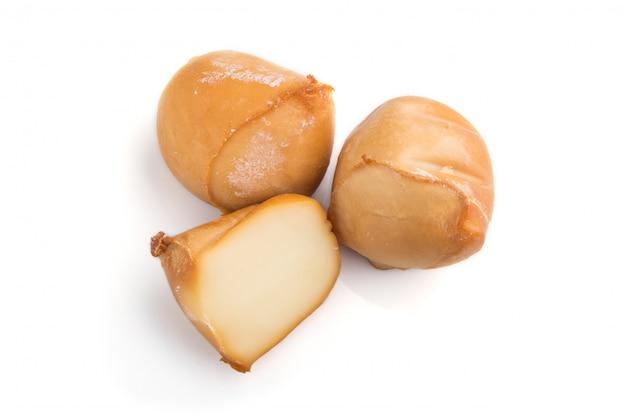 Кусок копченого сыра изолирован