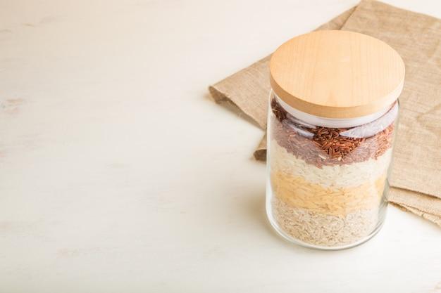 さまざまな種類の米を重ねて注がれたガラスの瓶