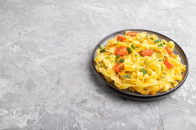 トマト、卵、マイクログリーンスプラウトのレジーネルパスタ
