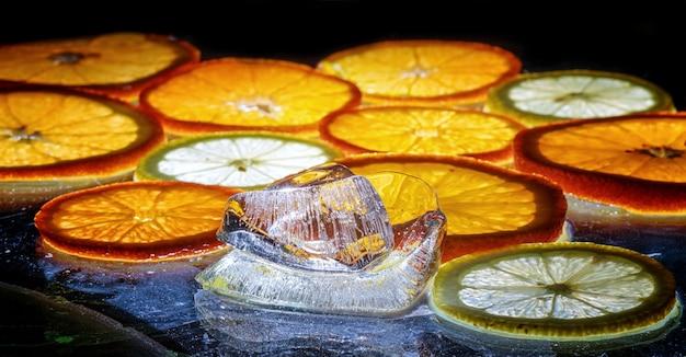Прозрачные ломтики апельсинов и лимонов на стекле