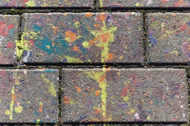 Разноцветные пятна краски на плите