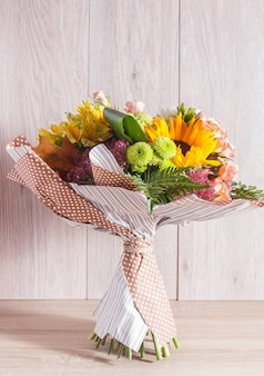 アルストロメリア、ヒマワリ、バラ、菊の花束