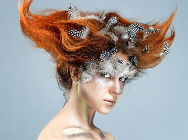 複雑な前衛的な髪型を持つ若い美しい女性