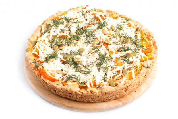 チーズとディルの白い背景で隔離の甘いカボチャのパイ