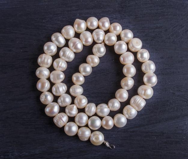 黒い背景に白い真珠ビーズ
