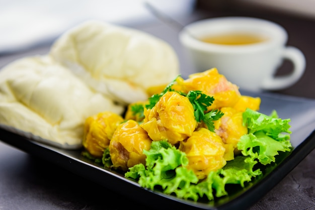 蒸し餃子、蒸し餃子、熱いお茶、アジア料理