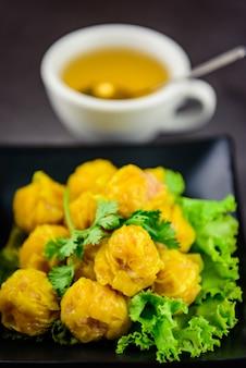熱いお茶と蒸し餃子、アジア料理