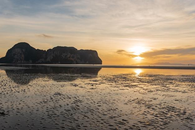 山とビーチに沈む夕日