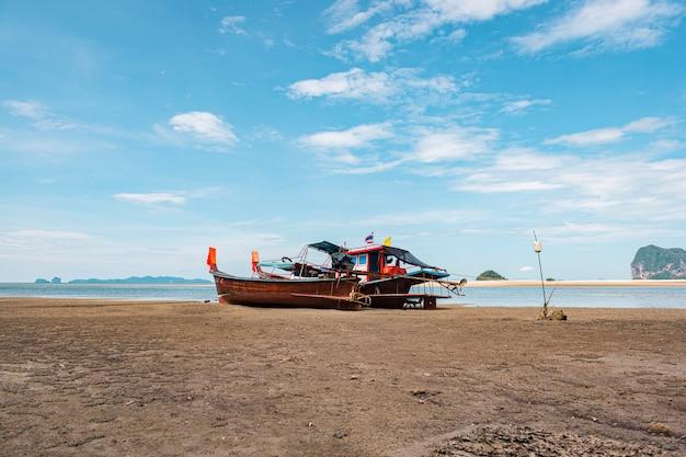 タイの熱帯の砂浜、アンダマン海のロングテールボート