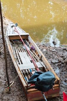 タイの海とマングローブ林の漁船