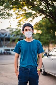 コロナウイルスから身を守るためにフェイスマスクをつけている男性。