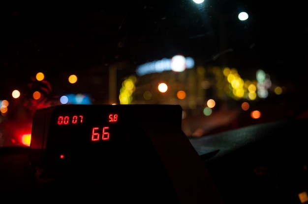 夜の光でタクシーの中から見る