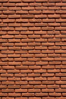 古い、ひびの入った茶色のレンガの壁