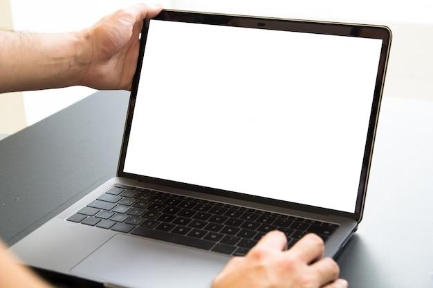 白い画面のラップトップのモックアップ