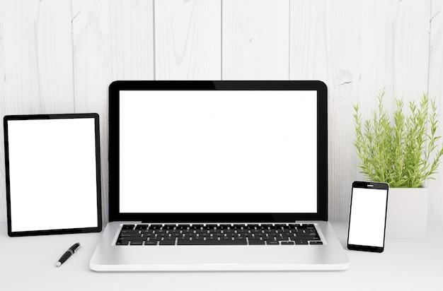空白の画面を持つテーブル上のデバイス