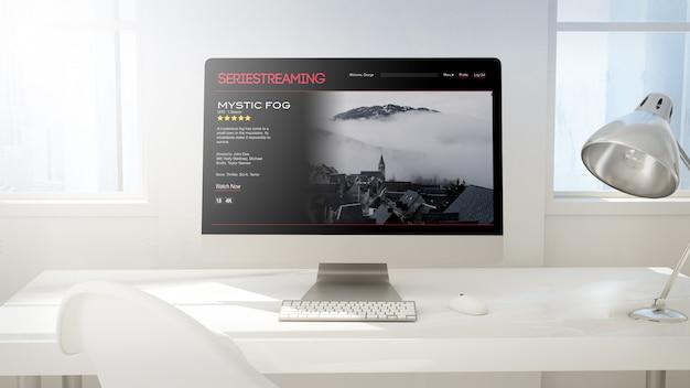 オンデマンドでビデオを行うコンピューター画面のあるワークスペース