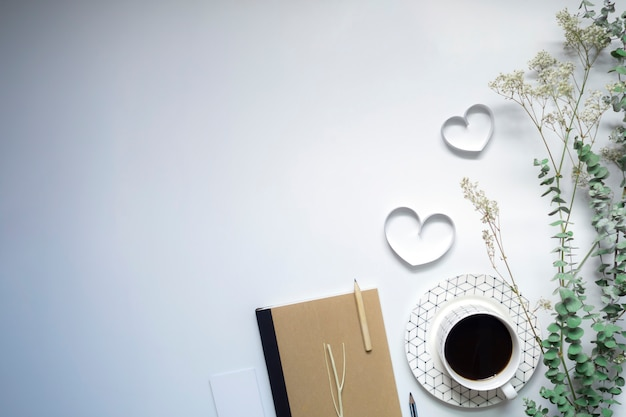 リボンの心、ノートブックと白い背景、バレンタインの日にコーヒー。