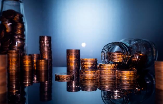 金融とビジネスの概念、お金の概念を保存するためのコインの山。