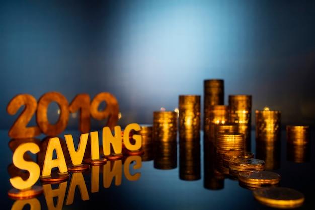 お金とお金の概念を節約、金融とビジネスの概念のための節約の言葉で矢印をコインします。