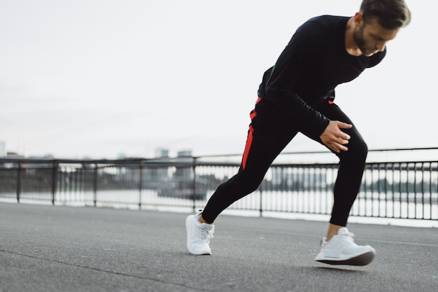 ヨーロッパの都市でスポーツをしている若い男。都市環境におけるスポーツ