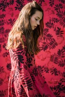 Девушка в льняном платье. с венком из цветов на голове.
