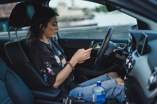 Молодая красивая женщина за рулем автомобиля. портрет крупным планом