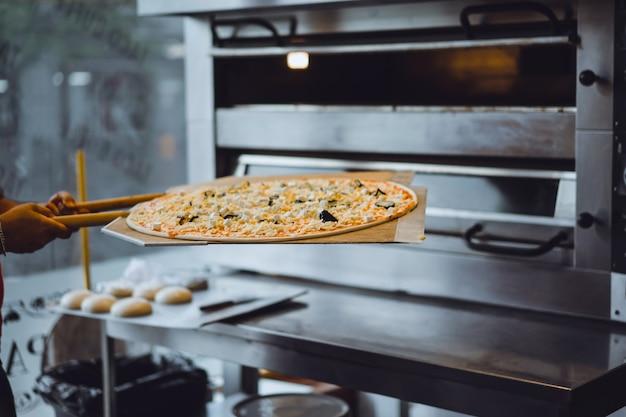 大きなピザを調理する
