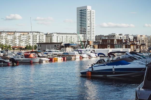 セーリングボートや市内中心部のストックホルムの正面の桟橋のヨット