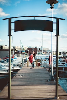 ヨットの港で若いカップル