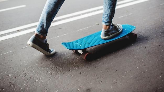 スケートボード上の脚