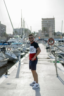 旅のヨットを準備する港の男