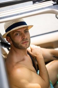 車の中で男