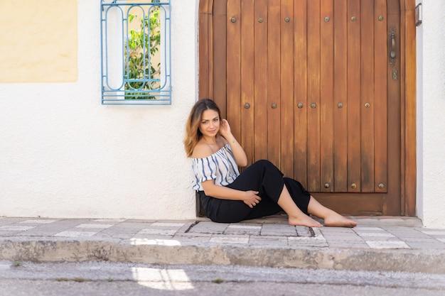 地方スペインの街の通りで若い女性